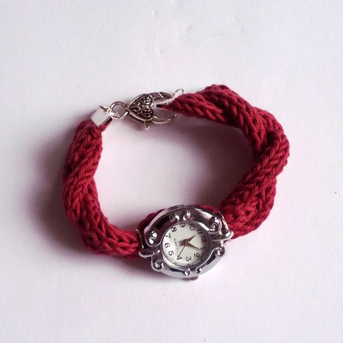 Le tuto de la semaine : Un bracelet de montre en fil Natura (produit DMC) réalisé au tricotin    Plus d'infos : http://operlines.eu/autres-loisirs-creatifs/tutoriel-loisirs-creatifs/tutoriel-tricotin/bracelet-de-montre-au-tricotin-mecanique/