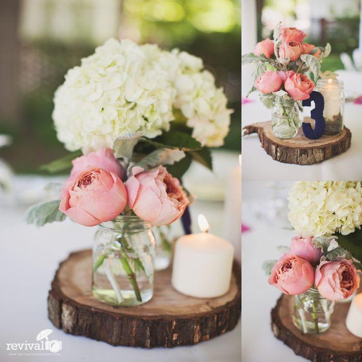 Baumscheiben, Weiße Hortensien in  Glasflaschen, 2 rosa/apricot Ranunkeln in Bonbonglas, Teelichter in kleinem Glas mit Spitze, eventuell Kerzenleuchter, für 24 Tische