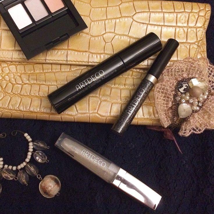 Блистательный набор для макияжа, если Вы готовитесь к вечеринке! Тени с блестками из коллекции Glamour создают несравненную игру цвета с мерцающим эффектом на веках. Собирайте свои палетки теней в удобных магнитных футлярах.  Благодаря глянцевой текстуре мерцающий блеск-закрепитель помады для губ Crystal Lip Finish дарит губам сказочное сияние.  Мерцающая тушь и подводка для глаз Crystal Mascara & Liner придает взгляду захватывающую выразительность.