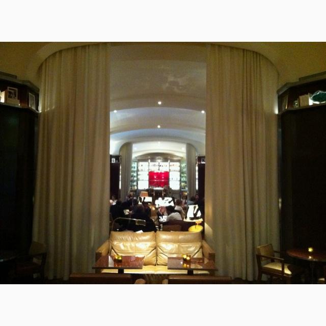 """COCKTAIL A DEUX au Bar du ROYAL MONCEAU. L'annoncer à l'avance par un petit bon enrubanné....  Elégant """"Bon d'achat"""" à réserver à la Conciergerie Gifting : http://www.gifting.fr/conciergerie.php"""