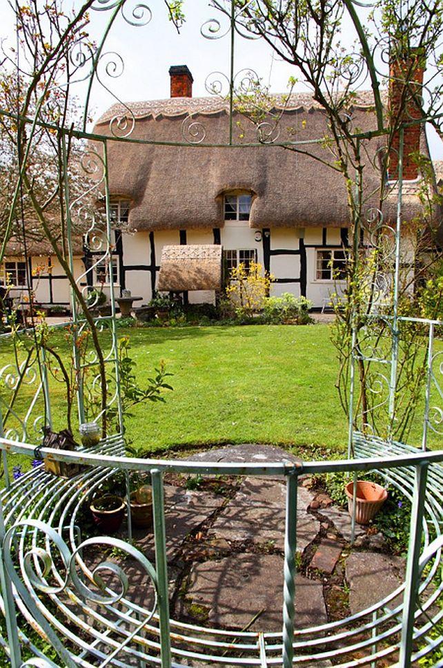 Wat een droomhuis!! Mooi witkooktoestel Bad op pootjes (klauwen?) Lief kinderkamertje Mooi geschoren rieten ...