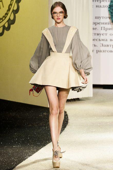 January 20 showing Atelier Versace started high fashion week in Paris. Defile opened catwalk star of the 1990s and favorite model Gianni Versace MakMenami Kristen (Kristen McMenamy). Island Heat http://www.islandheat.com.
