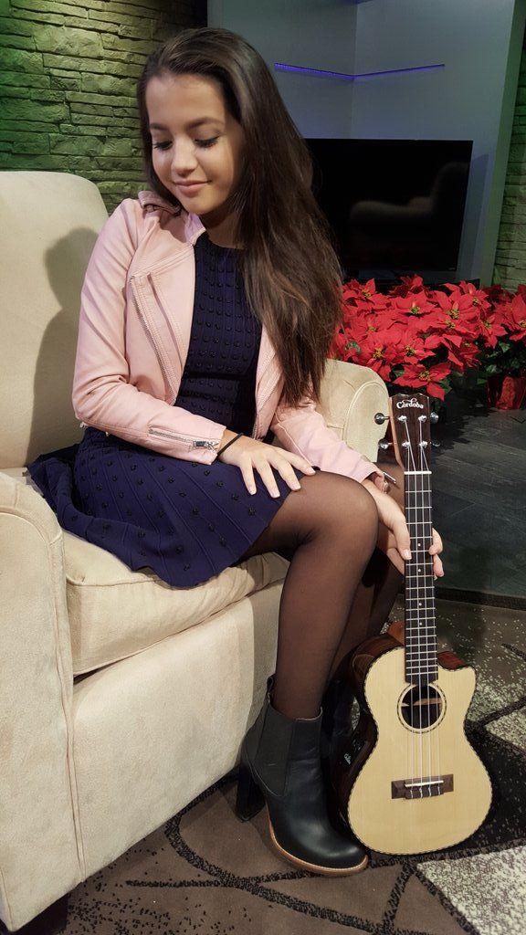 Aw, that li'l guitar looks so cute next to Isabela's sexy li'l legs.
