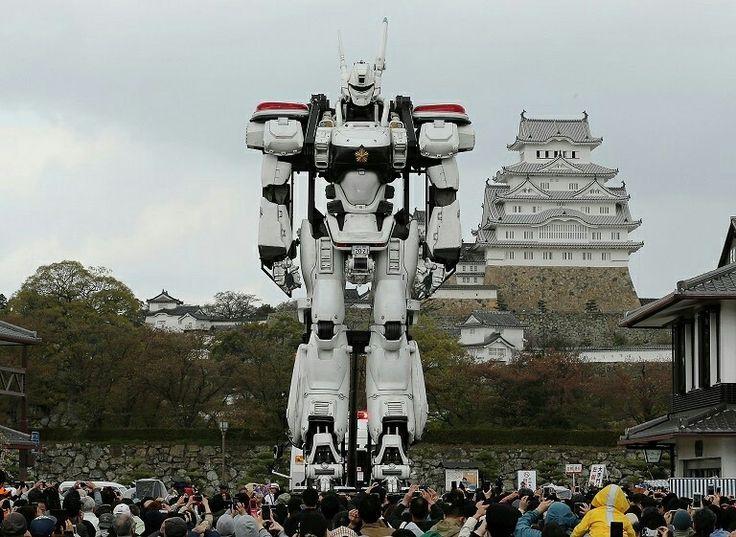 人们用手机拍摄《机动警察》「AV-98英格拉姆」Ingram 的等身模型,日本姬路城 Himeji Castle。这架模型高8米,此次展出是为了宣传即将于5月1日上映的真人版电影《次世代机动警察:首都决战》The Next Generation Patlabor: Shuto Kessen。摄影师:Buddhika Weerasinghe