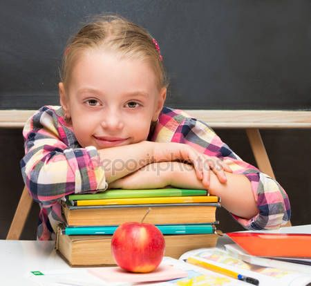 Скачать - Портрет школьница с apple и книги. Концепция школы — стоковое изображение #31267903