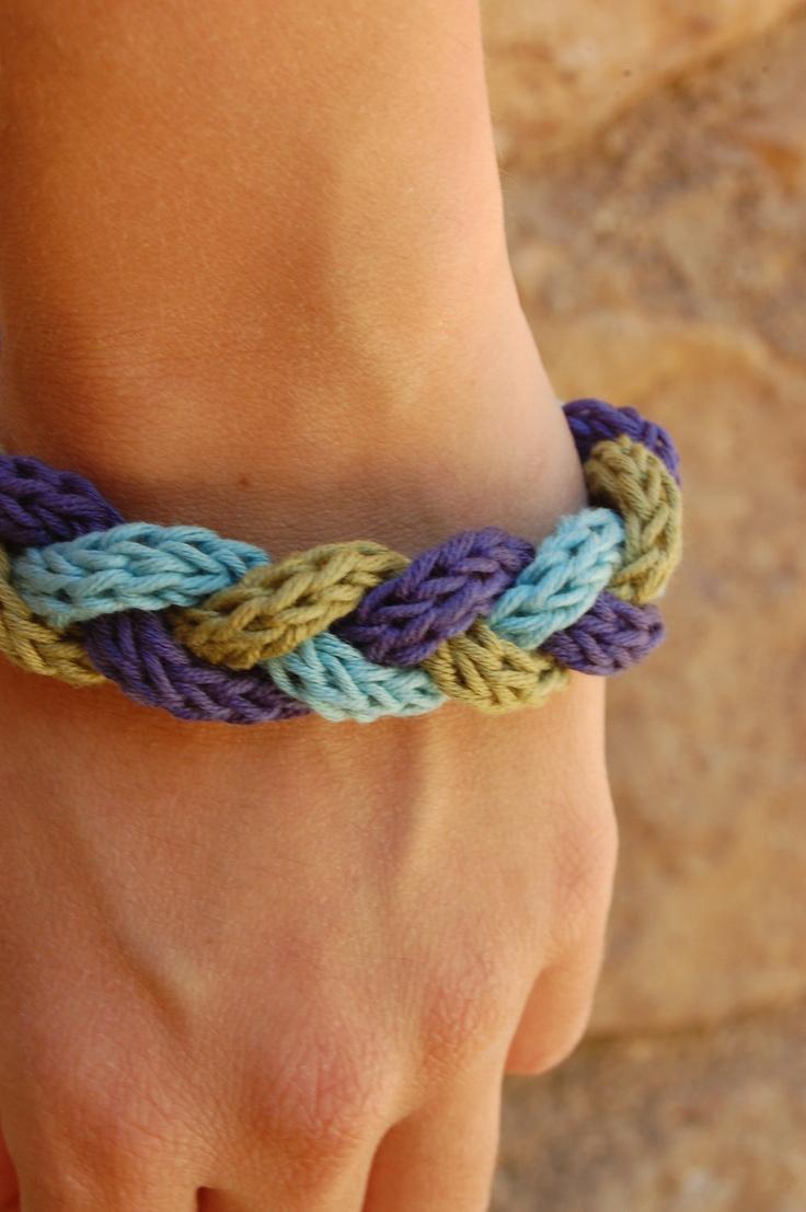 Knitted Braid Bracelet / Pulsera tejida y trenzada. €6,50, via Etsy.