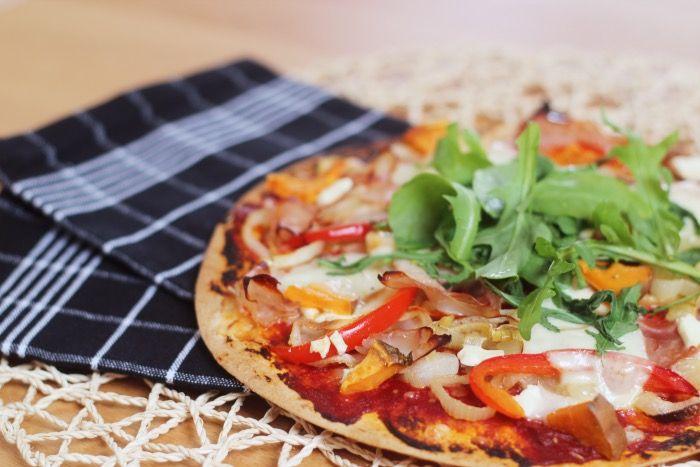 De tortilla wrap pizza is niet nieuw voor mij. Het is zo simpel en zooooo mega lekker! Daarom mag het een update krijgen op mijn recepten pagina. Net zoals de banaan-ei pannekoeken die inmiddels al 4 updates hebben gehad, haha. Mocht je benieuwd zijn naar de eerste keer dat ik dit postte (mei 2013!), klik …