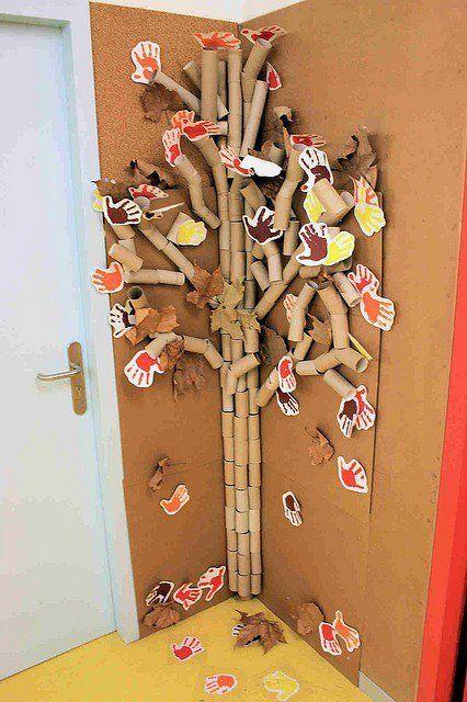 ¿Y qué me decís, de este árbol otoñal? Está hecho con rollos de papel de váter, manos de l@s niñ@s estampadas con pintura, y hojas secas...