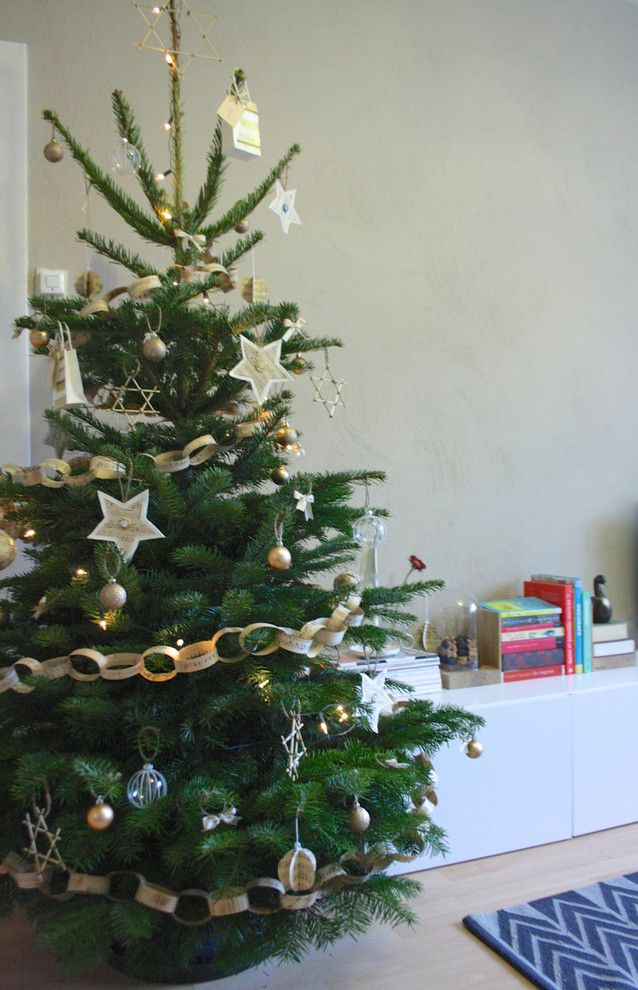 Новогодняя ель горда своим одеянием в романтическом деревенском стиле