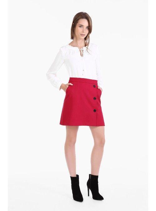 Falda línea A de dobletela con sarga. Presenta cruce con botones negros, bolsillos diagonales en costados y cierre invisible en trasero. Largo a partir de cintura: 45 cm.