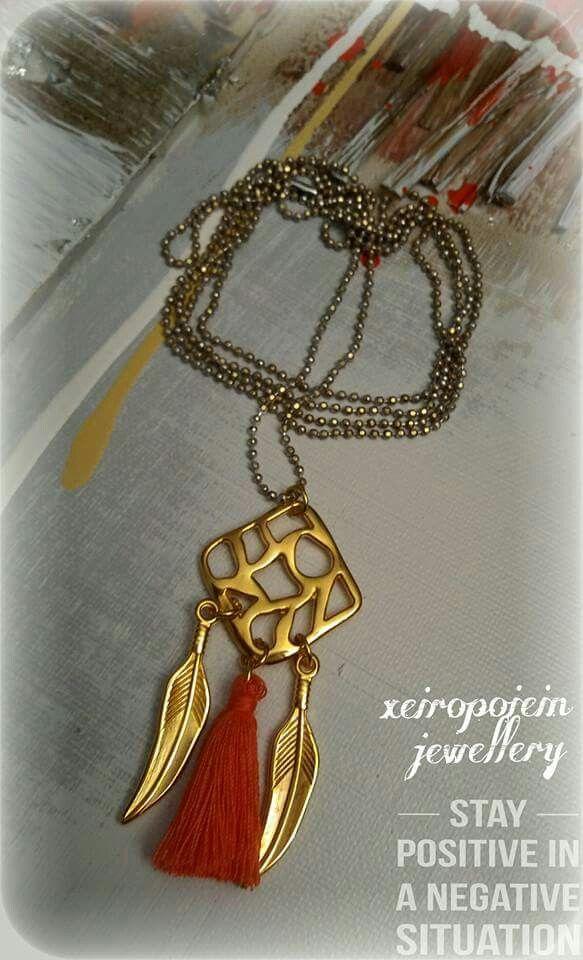 Κολιέ με μεταλλικό μοτίφ τετράγωνο και  κρεμαστή φούντα με  χειροποίητα κοσμήματα