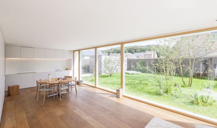 En images: les grandes fenêtres font entrer des flots de lumière dans cette maison passive compacte