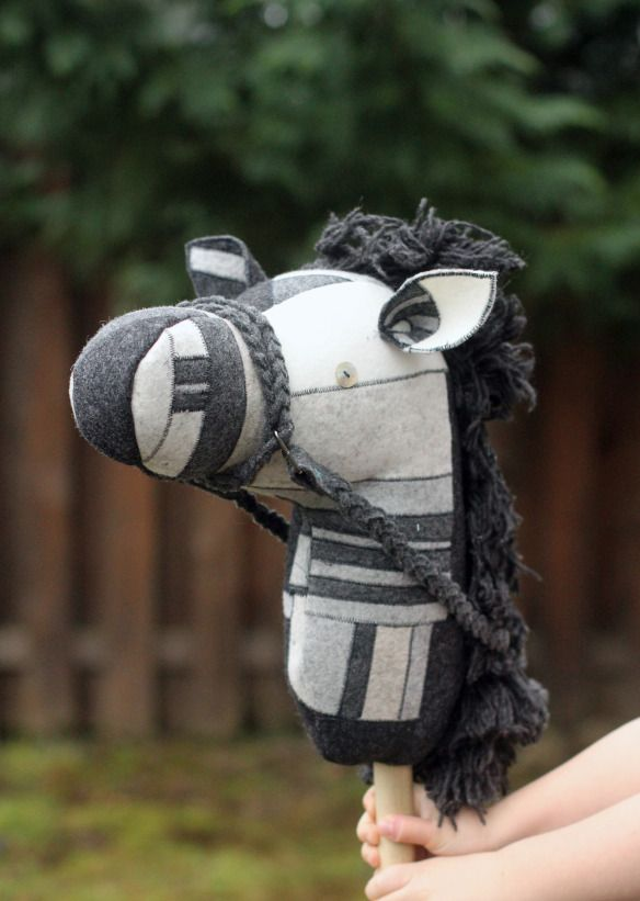 Free pattern and tutorial on how to make a stick horse. So cute!!