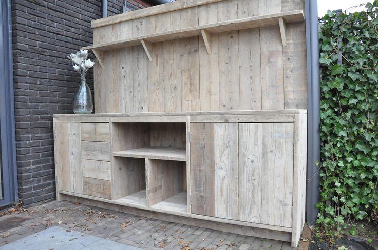 Buitenkeuken / kast Gemaakt van geschuurd, gebruikt steigerhout. Voorzien van veel opbergruimten in laden en kasten. Op maat en naar de ideeën van de klant gemaakt. Maten: 2,35(l) x 1.70(h)x0.90 (h) x 0.60 (d). - by JohnnyBlue.nl