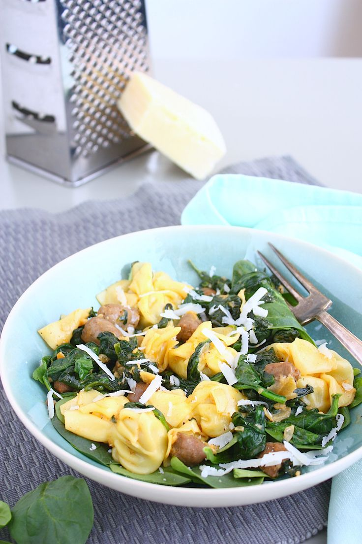 Deze pasta met spinazie, chipolata en paprika roomsaus zet je in een handomdraai op tafel! // Francesca Kookt