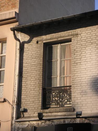 fenêtre+à+l'ancienne+mais+au+soleil+récent+:+De+retour+de+la+piscine+j'observe+la+lumière+et+pense+soudain+qu'elle+pourrait+intéresser+une+blogueuse-écrivain+de+ma+connaissance. Je+prends+donc+la+photo+avec+mon+appareil+de+poche.  [mardi+17+mars+2009,+au+tôt+matin,+Clichy+la+Garenne,+rue+Castérès]+|+gilda_f
