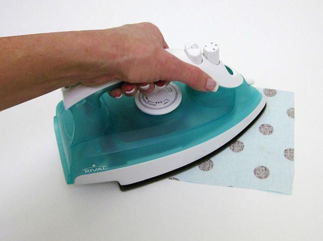 Impermebealizando tecido com papel contact. http://www.revistaartesanato.com.br/como-impermeabilizar-tecido-com-papel-contact
