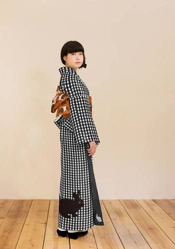 Gingham check cute, rabbit of coordination.  Glimpse white rabbit from Susoyoke There is indescribable loveliness.