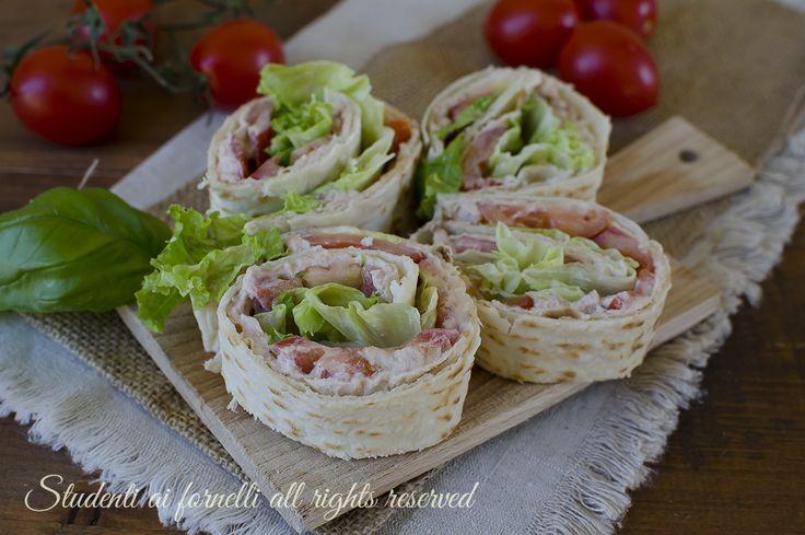 Girelle di piadina tonno e pomodori, ricetta facile e gustosa per antipasti freddi e veloci estivi senza cottura.