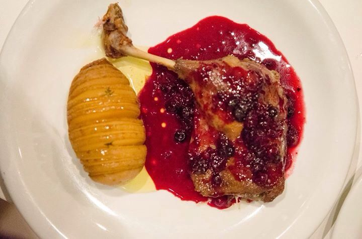 Confit de pato com molho de frutas silvestres e batata rustica