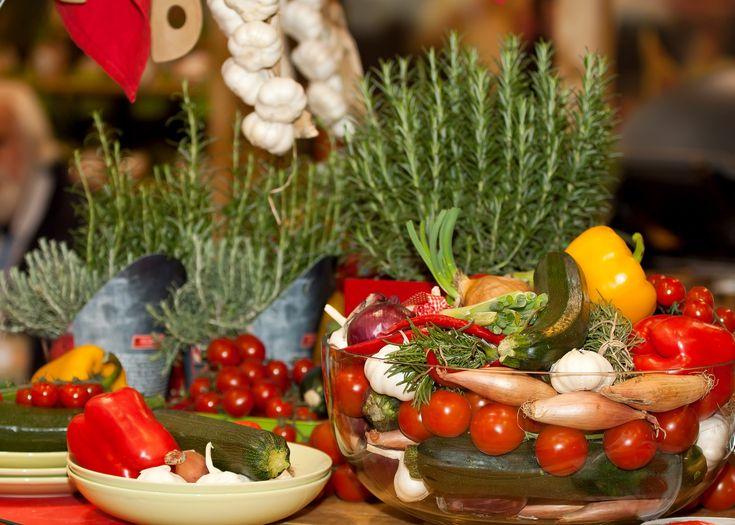 Neustále se na nás ze všech stran hrnou informace o tom, že ovoce a zelenina jsou jednou z nejdůležitějších potravin. Tušíme, že to bude kvůli tomu, jakou mají výživovou hodnotu – obsah vitamínů, minerálů, vlákniny a dalších mnoho důležitých látek. Co když už to není úplně tak pravda? A co takové bylinky?