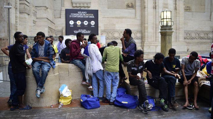 Des migrants à la gare de Milan, en Italie, le 11 juin 2015.
