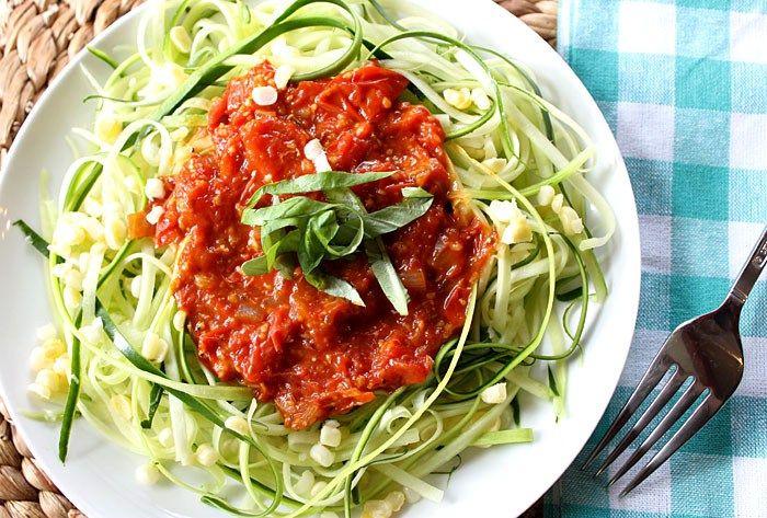 Eigenlijk kun je courgetti met alle soorten pasta sausen serveren als je maar wilt. Het enige verschil is dat je de pasta vervangt door de sliertjes courgette. Maar, mocht je niet zo heel erg thuis zijn in de pasta-sausen of Italiaanse keuken, kunnen we je uiteraard wel een klein handje helpen. Want heel moeilijk hoeft … Continued