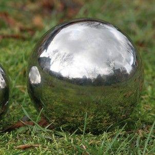 Zilverkleurige bal wordt als tuindecoratie gebruikt, ze kunnen in een plantenbak, in de tuin of in de vijver gelegd worden. Mooi Landelijk tuindecoraties en accessoires