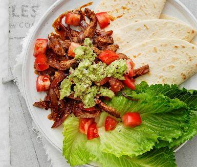 Smakrikt och enkelt är denna mexikanska rätt där wraps serveras med sötpotatis och guacamole. Wrapsen får smak av spiskummin, paprikapulver och lime som tillsammans sauteras i en het panna. Bygg din egna wrap efter behag och förtrollas av den fantastiska smakkombinationen.