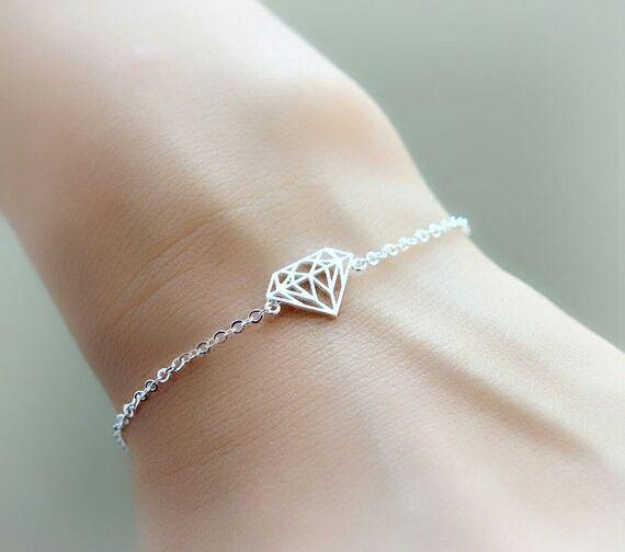 """Bracelet fantaisie femme composé d'un pendentif """"diamond"""" monté sur une chaîne en métal plaqué or 9k. Bracelet réglable convient à tous les poignets. Bracelet disponible en doré et argenté"""