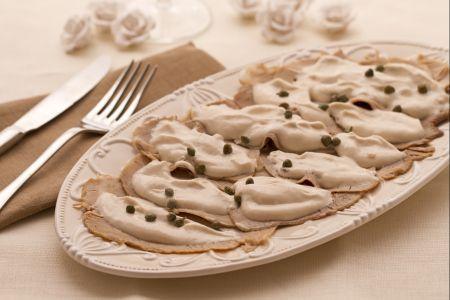 Vitello tonnato - Il vitello tonnato, o vitel tonè, è un piatto tipico della cucina Piemontese. Ingredienti:Uova sode 3 Aceto balsamico secondo i vostri gusti Carote 1 Sedano 1 gambo Cipolle 1 Acciughe (alici) 6 filetti Aglio 2 spicchi Pepe secondo i vostri gusti Vino bianco 1/2 litro Rosmarino 1 rametto Alloro 5 foglie Acqua o brodo q.b. Carne bovina tondino, magatello, girello 600 gr Capperi 15 Tonno all'olio di oliva sgocciolato 100 gr Chiodi di garofano 4 Olio extravergine d'oliva 40 gr