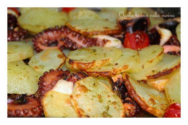 Polpo morbidissimo al forno con patate. Ottima ricetta per gustare delle deliziose patate con un polpo morbidissimo. Diversi metodi di cottura.
