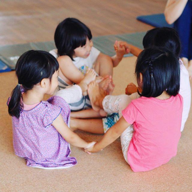 2016/11/08 13:17:03 niima_yoga ついに#本日スタート !!キッズヨガ開催!  #キッズ のみんな集まれ〜!! 11/8(火)から、#キッズヨガ クラスを開催します! : キッズヨガでは、#子供 がヨガを通して、呼吸や体の動き、自分自身の心と向き合うことを学ぶ#学習プログラム を行います。呼吸法やポーズを学ぶという点では大人のヨガと同じですが、キッズヨガは「#子供が楽しむ 」ことに重きを置いており、みんなで#歌 や#ゲーム 、#お絵かき などをしながらヨガを学ぶのが特徴です。 : キッズヨガをすることで、身体的柔軟性とバランス感覚が向上するだけではなく、呼吸法による#精神安定 、#運動不足 と#肥満 の解消といった様々な効果が期待できます。遊び感覚で体を動かせるので運動が嫌いな子にもおすすめです。 : : 今日は第一回 11/8 (火)17:30~18:30  テーマ【ヨガってなんだろう?】 ヨガの簡単なポーズを、動物や植物に例えたり、ゲームの中で親しみます。  想像を働かせ、簡単なアート活動も行い自己表現を楽しみます。 ・あなたはどんな木?…