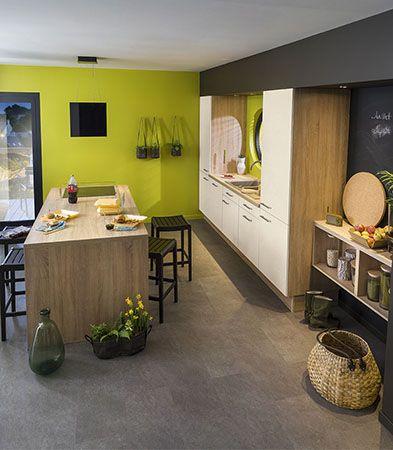 cuisine carrelage gris meubles blancs et bois murs vert anis et peinture ardoise