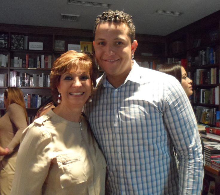 Con Miguel Cabrera, actualmente tercera base para los Tigres de Detroit, ganador Triple Corona 2012 y jugador más valioso (MVP) Grandes Ligas Americanas 2012.