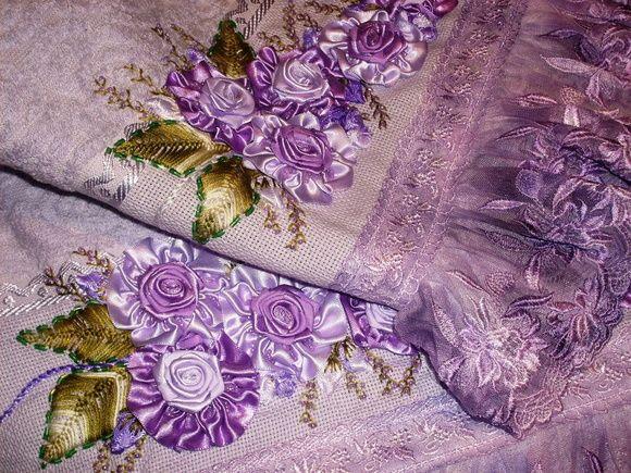 Jogo de toalha, Banho e Rosto,, bordado com fita nº 05 em duas cores tom sobre tom, de acordo com a cor da toalha de sua preferência, com barrado em renda de seda tingida na cor. R$ 180,00