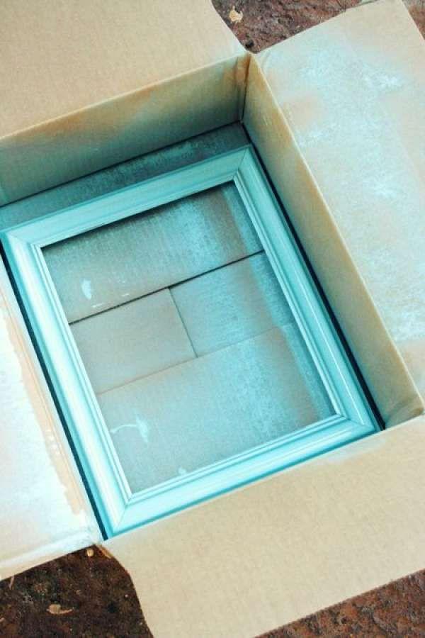 Placer l'objet à peindre avec de la peinture en spray dans une boite en carton pour ne pas en mettre partout