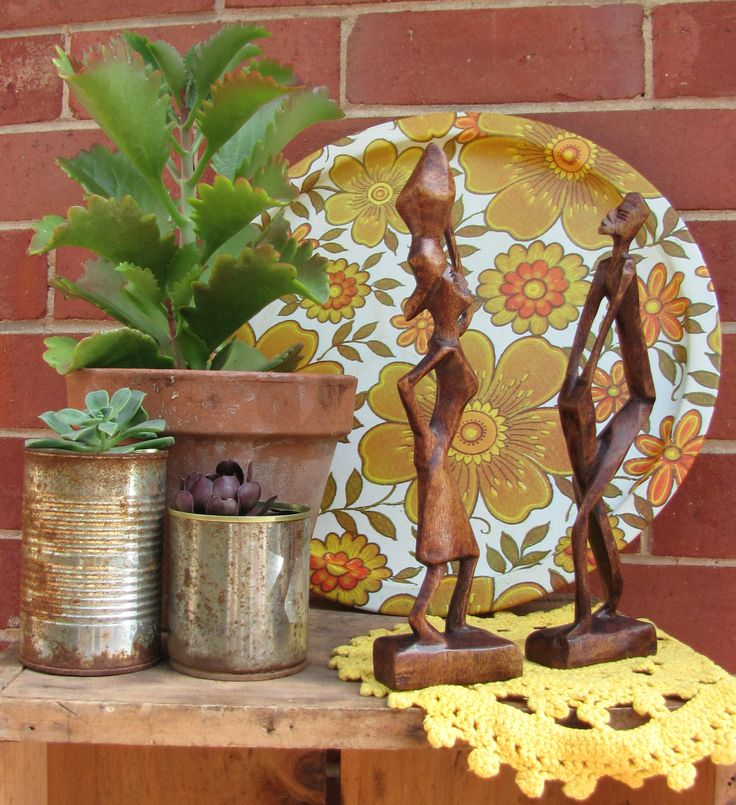 Great retro 70's tray with wooden figures and succulents makes for a great vintage display.  Great vintage styling ideas at: https://www.facebook.com/744861835533003/photos/pcb.751332721552581/751323751553478/?type=1&theater