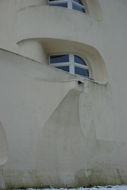 """vol.02:近代建築のガーゴイル  建築家、大嶋信道の連載第二弾は「近代建築のガーゴイル」。「クライスラービル」のガーゴイルは""""なんちゃってガーゴイル""""? エーリッヒ・メンデルゾーンの「アインシュタイン塔」、ル・コルビジェの「ロンシャンの教会」のガーゴイル。その源を辿ると、浮かび上がってきたのは、テオドール・フィッシャーの「マックス・ヨーゼフ橋」? 知的探求の先に見えた新たな新事実とは!?「雨のみちデザイン」は、さまざまな角度から「雨のみち」について共に考え、創造していく、タニタハウジングウェアが提供する建築系ウェブマガジンです。"""