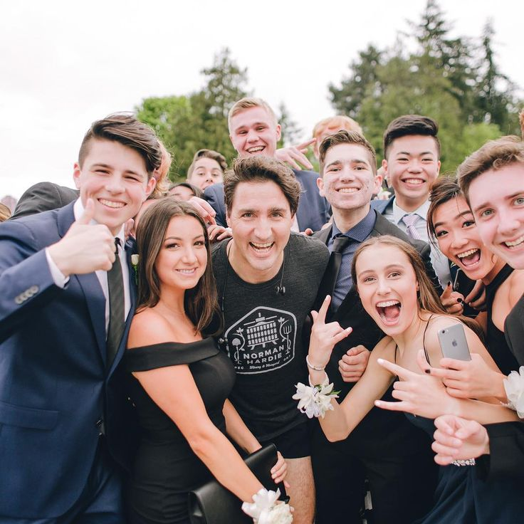 Justin Trudeau Just Photobombed a Prom Photo and It's Amazing
