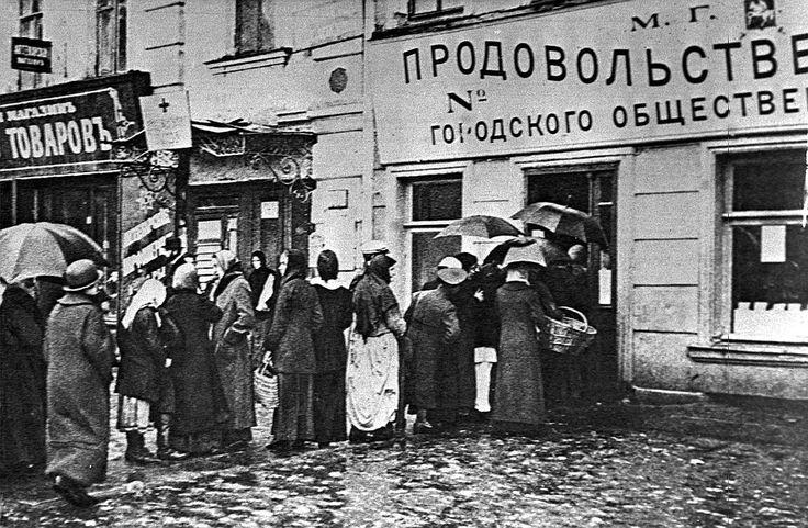 Первая Мировая война. Очередь у продовольственной лавки, 1915 год.