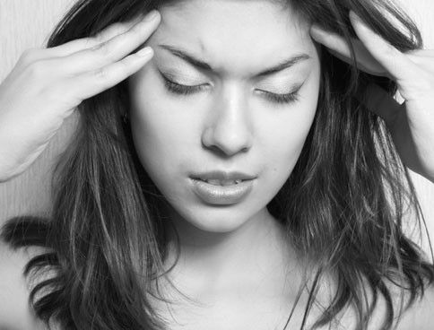 Migräne haben viele Menschen und doch sind den meisten die Ursachen und Auslöser der furchtbaren Kopfschmerzen unbekannt. Wir klären auf.