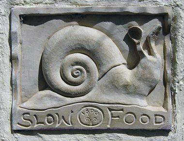 Вывеска у заведения медленного питания Слоуфуд (Slow Food)