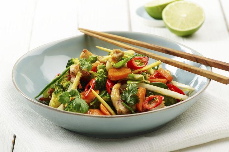 En superenkel wok med friske, sterke og syrlige smaker. 158 g grønnsaker pr. porsjon og 419 kcal pr. voksenporsjon