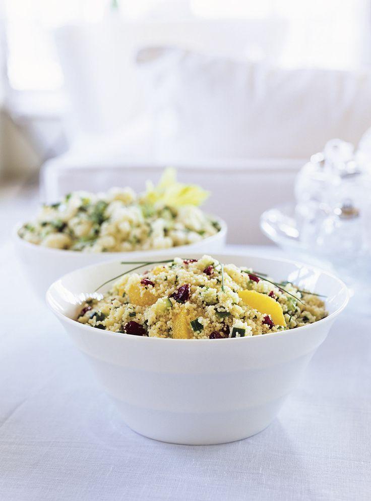 Recette de Ricardo de salade de couscous à l'orange et aux canneberges.  Cette salade de couscous, se préparer simplement et rapidement à l'avance, puisqu'elle peut se congeler.