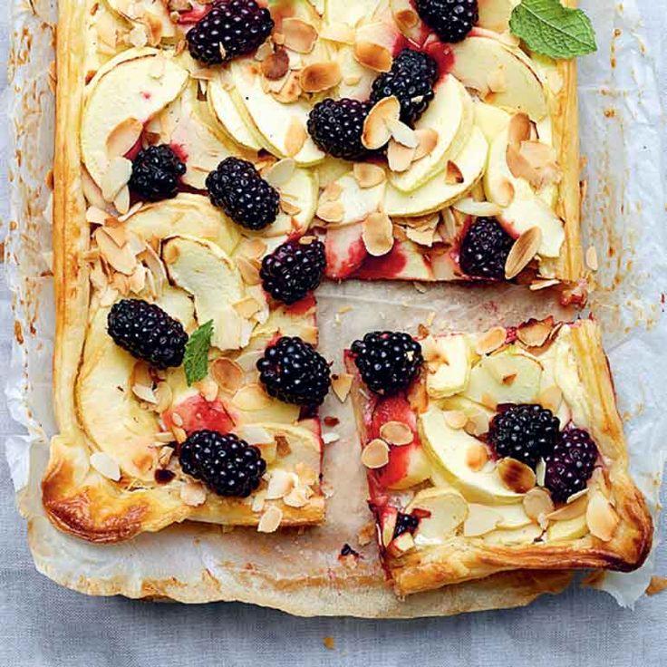 Dit recept met nazomerse smaken is een fluitje van een cent. Dus zet de oven maar vast aan, deze plaattaart met appel en bramen is zo klaar.    1 Verwarm de oven voor op200 °C. Rol het bladerdeegop het meegerolde bakpapieruit op een...