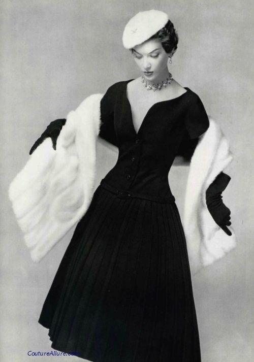 l'abito da cocktail era per il pomeriggio e aveva profonde scollature come un abito da sera ma aveva la lunghezza di un abito da giorno, era accompagnato da un bolero o da delle mantelline.