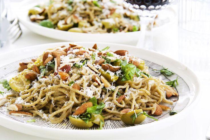 No Cook pasta sauce:Vihreitä oliiveja ja paahdettua mantelia © Hanna Stolt |Gurmee.net