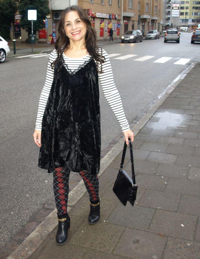 Hej, hej, Med dagens outfit, som är den sista innan Jul och från min privata garderob, vill jag önska er alla en riktigt God och mysig Jul. Jag har på mig en svartvit, randig, rundhalsad och enkel …