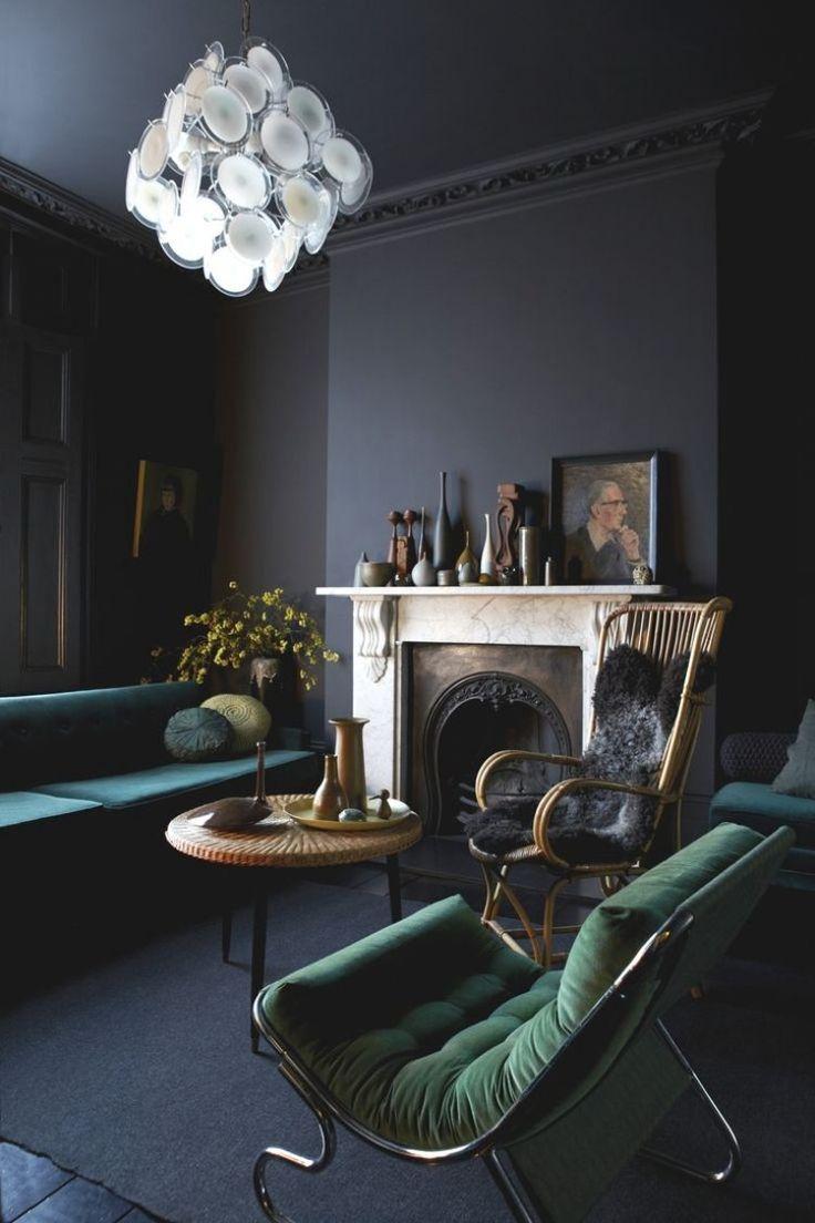 Grundfarben, wie sattes Grün oder Dunkelgrün, in Kombination mit grauen Wänden